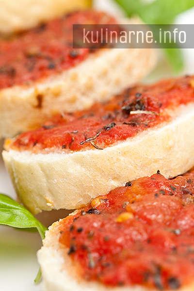 grzanki z pomidorami i bazylią