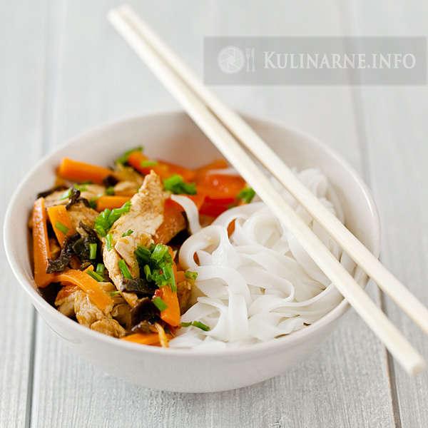 Makaron ryżowy z kurczakiem i grzybami mun