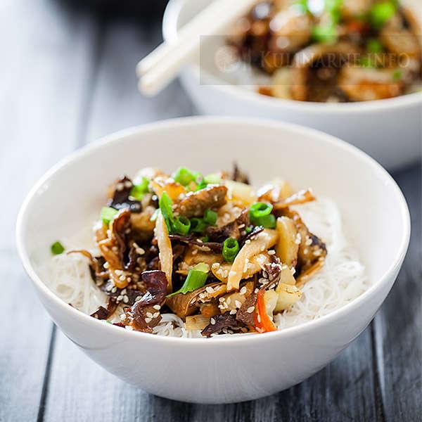Potrawka z kurczaka z sezamem i makaronem ryżowym