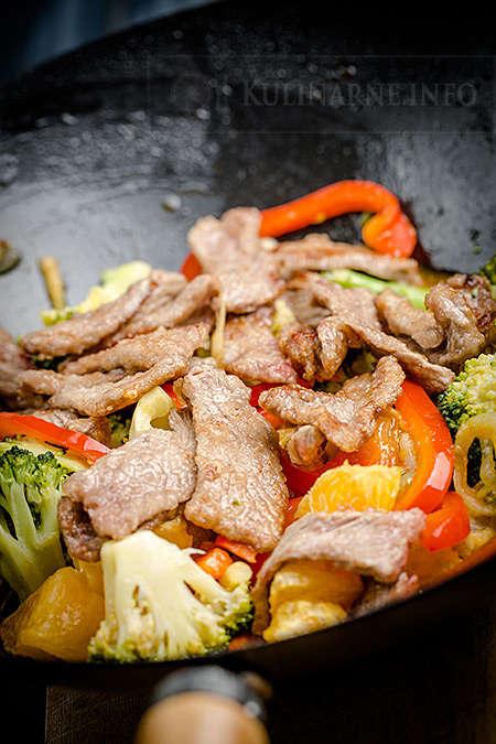 Stir fry z wołowiną, brokułem i pomarańczami
