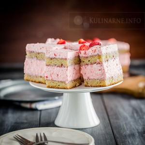 Jogurtowe ciasto z truskawkową pianką