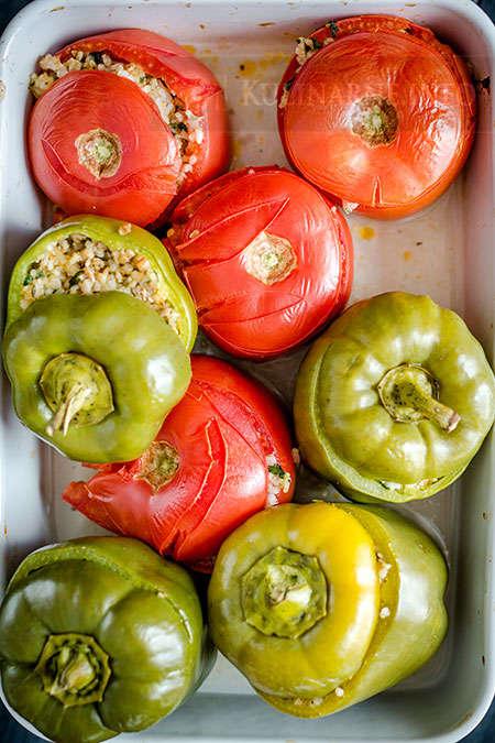 Papryka i pomidory faszerowane mięsem mielonym i ryżem