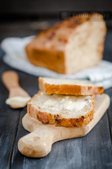 Szybki chleb pszenny z prażoną cebulką